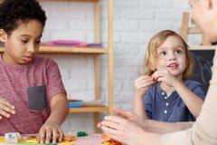 Enfants préscolaires et activités photos libres de droits