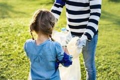 Enfants prenant des déchets en parc image stock