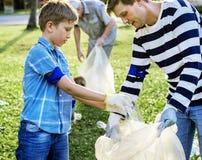 Enfants prenant des déchets en parc photo libre de droits