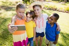 Enfants prenant un selfie Image libre de droits