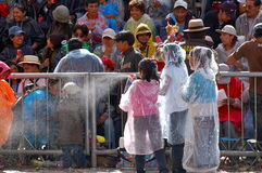 Enfants pulvérisant le carnaval 2/09 d'Oruro de mousse Photo stock