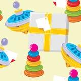 Enfants pyramide et jouet de toupie. Fond Photos libres de droits