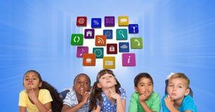 Enfants réfléchis contre des icônes d'application Images libres de droits