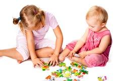 Enfants résolvant le puzzle denteux Image stock