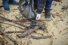 Enfants rassemblant des déchets sur la plage pour un projet européen photo stock