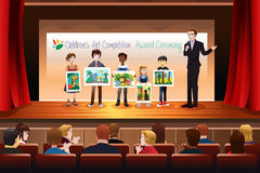 Enfants recevant la récompense en Art Competition illustration stock