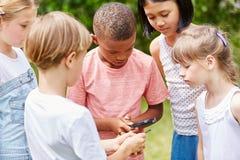 Enfants recherchant dans le travail d'équipe Photographie stock
