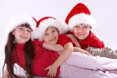 Enfants rectifiés dans des chapeaux de Santa Photos stock