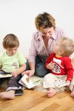 Enfants regardant des livres avec la mère 2 Image libre de droits