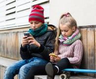 Enfants regardant le smartphone Photographie stock libre de droits