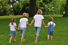Enfants retenant des mains Image libre de droits