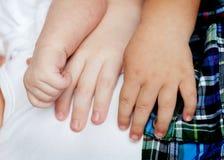 Enfants retenant des mains Photos libres de droits