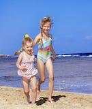 Enfants retenant des mains marchant sur la plage. Images libres de droits