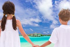 Enfants retenant des mains par la mer Image libre de droits