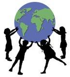 Enfants retenant le monde Image libre de droits