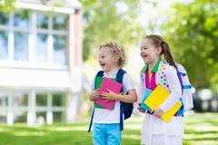 Enfants retournant à l'école, début d'année Photo stock