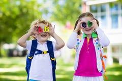 Enfants retournant à l'école, début d'année Photos stock