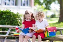 Enfants retournant à l'école, début d'année Image libre de droits