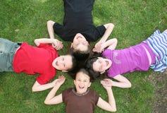 Enfants riant à l'extérieur fort Photo libre de droits