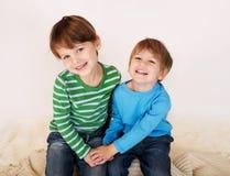 Enfants riant et étreignant Images stock