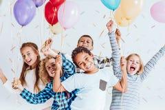 Enfants riant et ayant l'amusement Image stock