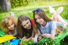 Enfants s'étendant sur l'herbe en parc Image libre de droits