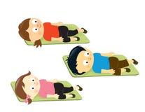 Enfants s'étirant sur des couvre-tapis illustration stock
