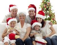 Enfants s'asseyant avec leurs gaines de fixation de famille Image stock