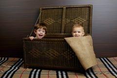 Enfants s'asseyant dans la valise photo stock