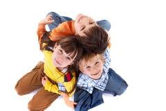 Enfants s'asseyant de nouveau au dos Images stock