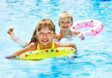 Enfants s'asseyant sur la boucle gonflable. Images stock