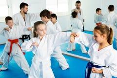 Enfants s'exerçant dans les paires image libre de droits