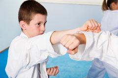 Enfants s'exerçant dans les paires photo stock