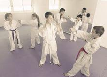 Enfants s'exerçant dans les paires photos stock
