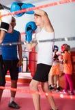 Enfants s'exerçant sur le ring image libre de droits