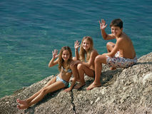Enfants - salutations de mer   Photographie stock
