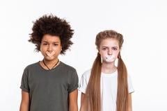 Enfants sans voix indifférents exprimant le problème de la liberté de parole photos libres de droits
