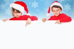 Enfants Santa Claus d'enfants de Noël dirigeant la neige vide c de bannière image libre de droits