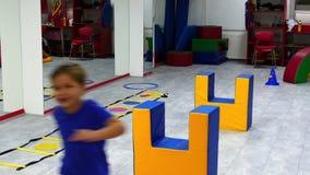 Enfants sautant des obstacles sur la base de formation banque de vidéos