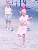 Enfants sautant le jeu de marelle Photo libre de droits