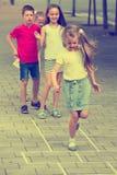 Enfants sautant le jeu de marelle Images libres de droits