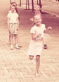 Enfants sautant le jeu de marelle Photographie stock