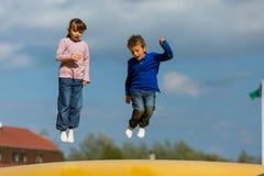 Enfants sautants Photos libres de droits