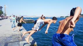 Enfants sautants Image libre de droits