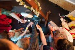 Enfants se renseignant sur des usines et des huiles à un atelier Images libres de droits