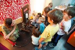 Enfants se renseignant sur des usines et des huiles à un atelier Photos libres de droits