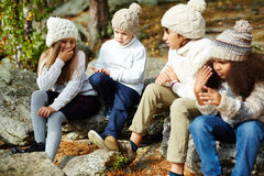 Enfants se reposant en Sunny Autumn Forest Images stock