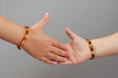 Enfants se serrant la main le concept de partie du corps Photo libre de droits