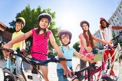 Enfants se tenant ainsi que des bicyclettes en été Image libre de droits