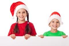 Enfants se tenant avec la bannière vide Photographie stock libre de droits